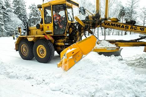 Tiekarhun sivussa on morjestajaksi sanottu osa, jolla voi estää lumivallin syntymisen esimerkiksi tonttiliittymään.
