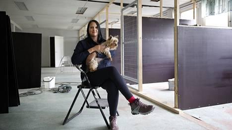 Johanna Kojo toteuttaa unelmaansa, vaikka remontti on vielä kesken. Kuvassa näkyvistä rakenteilla olevista koirakopeista koirat pääsevät halutessaan myös ulos. Asumuksia tutkii myös Kojon 13-vuotias koira Carla.