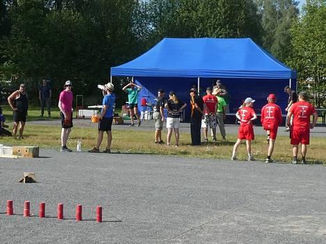 Kyykkäkilpailut järjestettiin Harjavallassa koulukeskuksen kentällä.