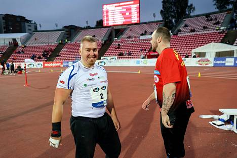 Arttu Kangas (vas.) oli Ruotsi-ottelun paras suomalainen kuularingissä. Lielahden Kipinän Arttu Korkeasalo (oik.) jäi vain kaksi senttiä neljännestä sijasta.
