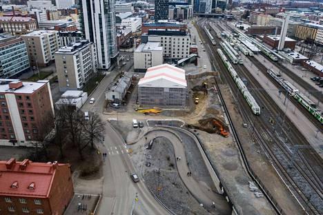 Ratapihankadun odotettua oikaisua rakennettiin vielä ennen joulua  tavara-aseman ja radan välissä.