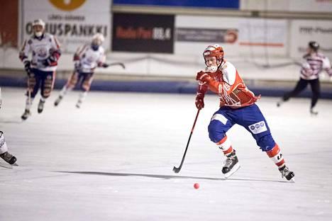 Narukerän kapteeni Esa Oksanen pelaa sunnuntain kotiavauksessa jälleen Botniaa vastaan.