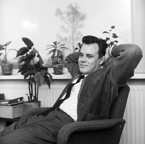 Iskelmämusiikin säveltäjä, sanoittaja ja muusikko Kari Tuomisaari vuonna 1961.