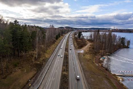 Torstai 19.3.2020. Tältä näytti neljän ruuhka Paasikiventiellä Lielahtea kohti kello 16.02. Tampereen tieliikennelaitoksen mukaan Pirkanmaan maanteiden liikenne oli tyrehtynyt lähes kolmanneksella.