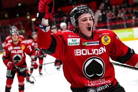 Ässien Valtteri Pihlajamäki tuuletti sen jälkeen, kun Ässät teki maalin tyhjiin. 5–3-osuma merkittiin lopulta Niklas Appelgrenin nimiin.