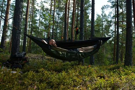 Tässä riippumatossa Antti Ukkonen suunnittelee nukkuvansa myös kylminä talviöinä.