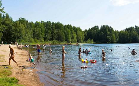 Peltolammin uimarannalla nautittiin hellesäästä viime vuoden heinäkuussa. Arkistokuva.
