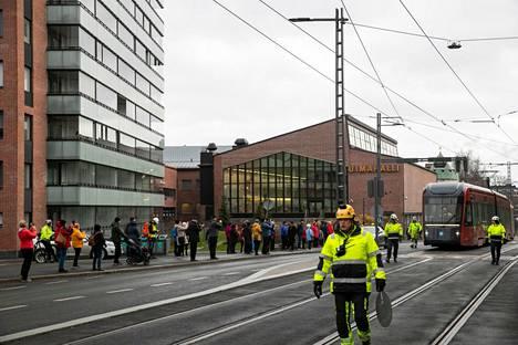 Viime sunnuntaina oli oikea kansanjuhla, kun kaupunkilaiset lähtivät katselemaan ratikan koeajoja Hämeenkadulle ja Pirkankadulle.