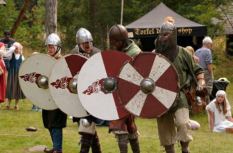 Viikingit huusivat sotahuutoja ennen hyökkäykseen lähtöä. Vanajan Sudet ry:n taisteluesitys vangitsi katsojien huomion.