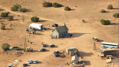 Rust-elokuvaa kuvattiin Santa Fessä New Mexicon osavaltiossa Yhdysvalloissa. Kuva on ruutukaappaus 21. lokakuuta lähetetystä televisiokuvasta Kob TV:llä.