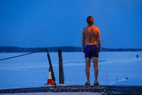–Joskus autonomisen hermoston tasapainoa voi heilauttaa hetkellisesti vaikka avantouinnilla. Myös saunominen saattaa auttaa, professori Jyrki Korkeila sanoo.