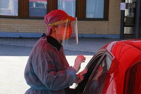Pirkanmaalla epidemia on edelleen kiihtymisvaiheessa. Lempäälässä otettiin koronatestejä drive in -testauspisteellä Lempäälän terveyskeskuksen yhteydessä toukokuussa.