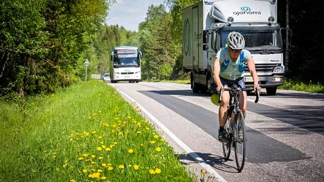 Tekstarin lähettäjä muistuttaa, että kun auto ja pyöräilijä kolaroivat, pyöräilijään sattuu aina enemmän.