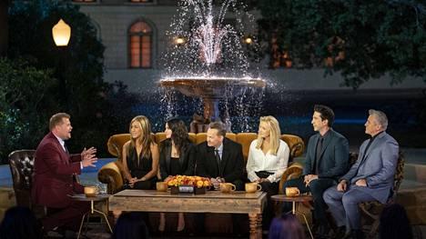 Frendien erikoispaluujaksossa James Corden (vasemmalla) haastattelee kaikkia sarjan päänäyttelijöitä, Jennifer Anistonia, Courteney Coxia, Matthew Perrya, Lisa Kudrowia, David Schwimmeriä ja Matthew Perryä.
