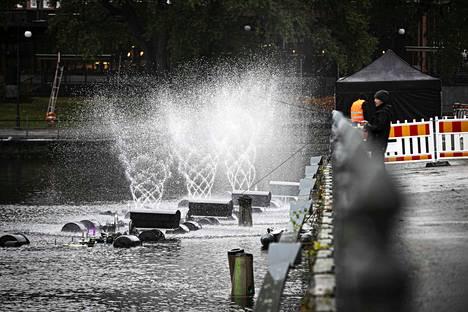 Tanssivat vedet -teosta testattiin ja asennettiin Vanhan kirjastotalon rannassa torstaina. Valmiin teoksen vesisuihkut nousevat jopa kymmenien metrien korkeuteen. Ensiesitys on perjantai-iltana.
