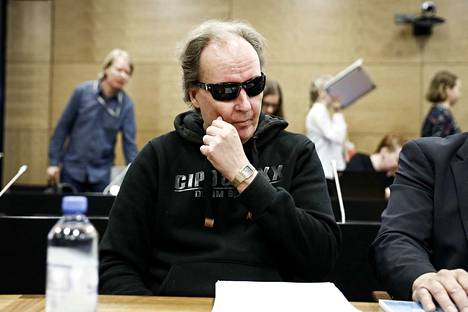 Sarjakuristaja Michael Penttilä piiloutui mustien aurinkolasien taakse Helsingin hovioikeudessa keskiviikkoaamuna.