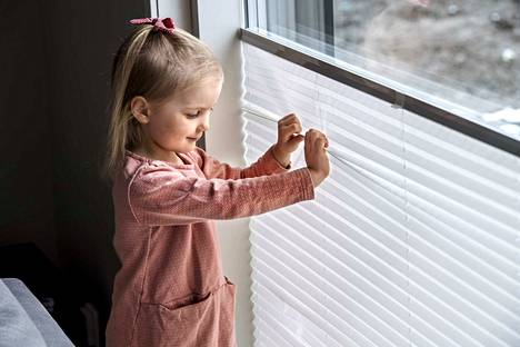 Iida Ruuskanen kurkistelee mielellään ikkunasta ulos ja näprää vekkikaihdinta.