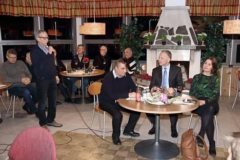 Ministeri Jari Leppä ja kansanedustaja Eeva Kalli tapasivat kansalaisia Honkajoella. Tässä puhevuorossa on Seppo Lehtimäki.