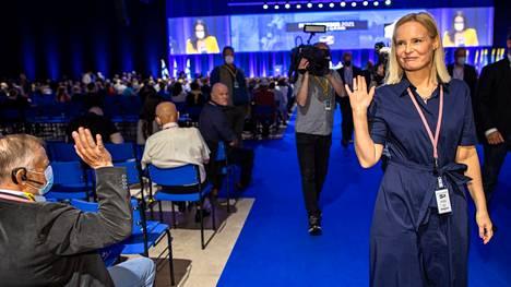 Riikka Purra käveli salin läpi tultuaan valituksi. Perussuomalaisten puoluekokouksessa Seinäjoella kohokohta oli uuden puheenjohtajan valinta. Kuvituskuva.