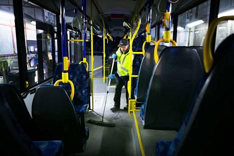 Serveco oy:n Teppo Toivanen tekee TKL:n bussien päivittäissiivousta. Busseille tehdään päivittäin huolto, jossa auton pinnat lakastaan ja otetaan roskat pois. Jos koronavirusepäilyjä ilmenee, TKL ottaa linja-auton pois liikenteestä ja eristää sen siivousta varten.