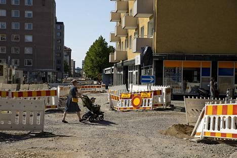 Tältä Pinninkadulla näytti torstaina 10. kesäkuuta. Tammelantoria reunustavan kadun remontti on pahasti kesken torisesongin alla, mutta urakoitsija lupaa valmista olevan juhannuksena.