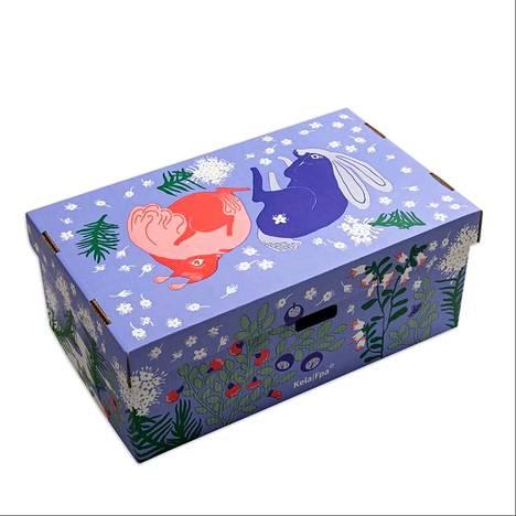 Äitiyspakkauksen laatikon on suunnitellut Ilona Partanen. Pakkauksen kuosi kantaa nimeä Mustikkamaito.