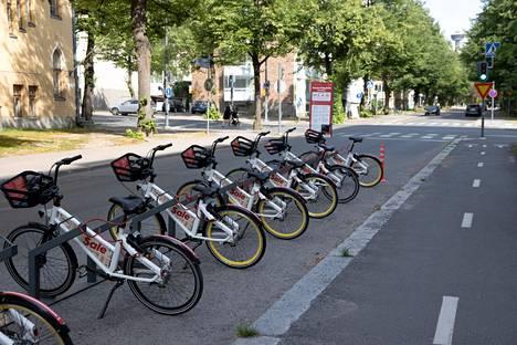 Kaupunkipyöriä on Tampereella nyt yhteensä 700. Kaupunkipyöriä kuvattuna  telineessä heinäkuussa 2021.