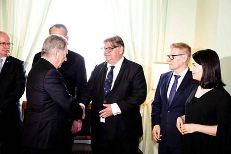Edellinen Juha Sipilän hallitus sai eron presidentin esittelyssä. Tasavallan presidentti Sauli Niinistö kättelee entistä ulkoministeriä Timo Soinia. Vuoroon odottavat Kimmo Tiilikainen ja Sanni Grahn-Laasonen.