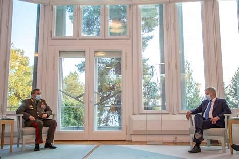 Tasavallan presidentti Sauli Niinistö tapasi keskiviikkona Venäjän asevoimien komentajan Valeri Gerasimovin Mäntyniemessä Helsingissä.