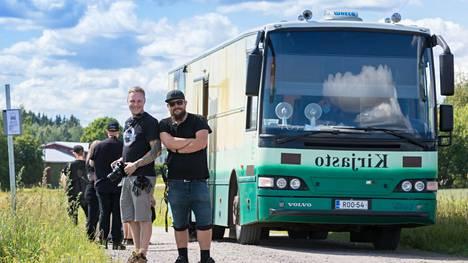 Viime kesänä Häräntappoaseen kuvausjärjestelyistä vastannut Ville Rissanen (vas) kertoi Valkeakosken Sanomille löytäneensä Metsäkansan kuvauspaikan. Tuolloin hän kuvaili kylän ja Ylenjoentien sopivan visuaalisesti ja tunnelmaltaan hyvin uuteen tv-sarjaan.
