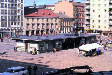 Torirakennus vuonna 1979. Rakennuksessa toimi tuolloin useampi kioski.