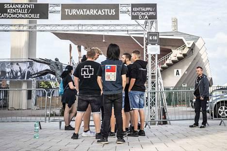 Muutamat fanit odottivat yhdeksän aikaan aamulla jo Rammsteinin konserttia.
