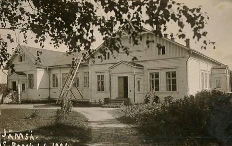 Jokivarren koulu on ensimmäinen Jämsän kunnan rakennuttama koulurakennus. Alkuvuosina poikien luokka oli sisäpihan puolella, tytöt opiskelivat joen puolen luokassa.