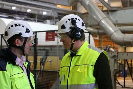 Metsä Tissuen Mäntän tehtaan johtaja Kari Karttunen ja toimitusjohtaja Esa Kaikkonen keskustelemassa, kun Kaikkonen vieraili tehtaalla ennen pääsiäistä.