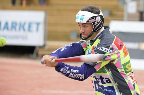 Joona Anttila oli mies paikallaan KaMan sisäpelissä. Hän löi ottelussa kunnarin ja viisi tavallista juoksua. Avausjuoksun ratkaisu syntyi hänen mailastaan.