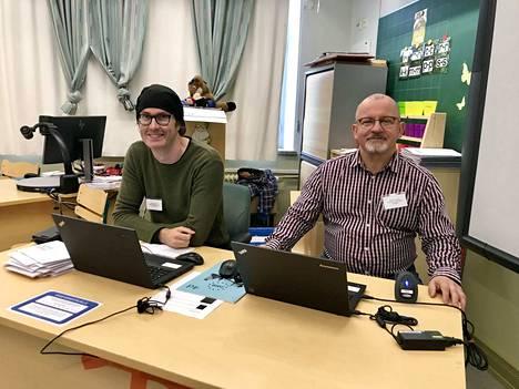 Vaalilautakunnan jäsenet Marko Niittymäki ja Jukka Kinnunen kuvailivat kulunutta aamupäivää Aleksanterin koululla vielä rauhalliseksi.