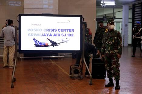 Soekarno-Hattan lentokentälle perustettiin kriisikeskus, kun selvisi, että lentoyhtiön kone oli kadonnut tutkasta. Koneen epäillään syöksyneen mereen.