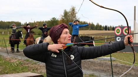 Eva Nurminen ja 11 muuta aktiivista harrastajaa treenaavat Nurmolandian radalla kahdesti viikossa.