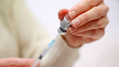 Suomi on rokottanut ensimmäisellä rokoteannoksella väestöä erittäin tehokkaasti, sosiaali- ja terveysministeriön (STM) osastopäällikkö Taneli Puumalainen sanoi.