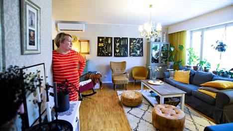 Anne Rikassaari kutsuu kotinsa tyyliä boheemiksi sekamelskaksi. Suurin osa kodin kalusteista on hankittu käytettyinä, niin myös olohuoneen sisustus. –Sanoisin, että 90 prosenttia tavaroista on käytettyjä.