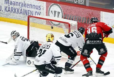 Mikko Salmion osuma TPS:n verkkoon jäi Ässien kauden viimeiseksi.