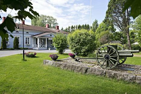 Hakkarin kartanon puisto on kesällä suosittu oleskelupaikka, jossa myös nuoriso viihtyy.