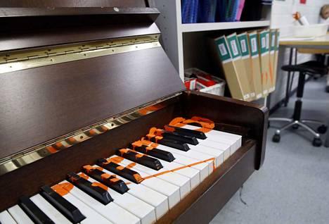 Jos paikkoja ei rikottu, ne sotattiin. Pianoa oli tärvelty sormiväreillä.