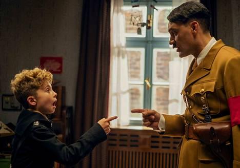 Jojolla (Roman Griffin Davis) on mielikuvituskaverina Adolf Hitler (Taika Waititi) elokuvassa Jojo Rabbit.