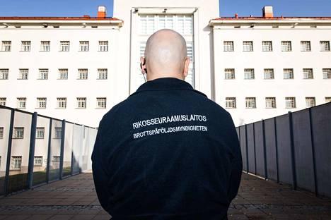 Moni Riihimäen vankilan vartija kokee, ettei työnantaja välitä heidän turvallisuudestaan, terveydestään ja hengestään. Osa puhuu vankilan ja osa myös Rikosseuraamuslaitoksen johdosta.