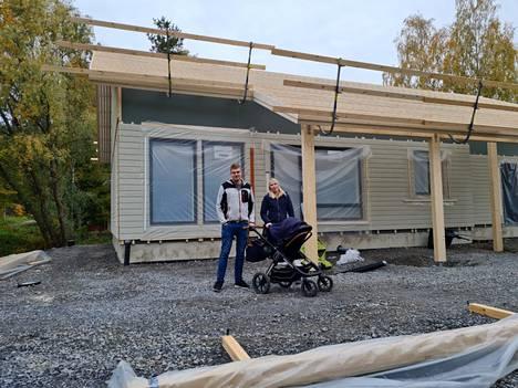 Olli ja Karoliina Saaren omakotitalo valmistuu Hopun alueelle lähelle Liekoveden rantaa. Kuomun alla rattaissa on pian vuoden täyttävä Lukas-poika.