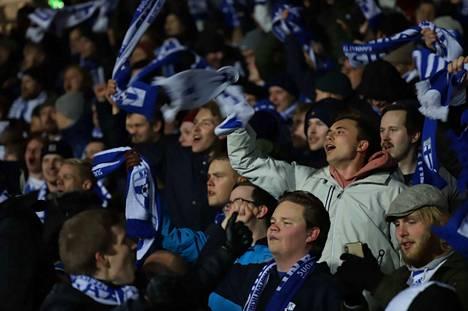 Tässä ei vielä rynnätty, mutta ottelun päätyttyä yleisö ryntäsi joukolla kentälle. Se ei ole UEFA:n sääntöjen mukaan sallittua.