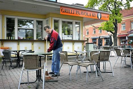 Yrittäjä Paavo Palojärvi siivosi sunnuntaiaamuna yösyöjien jälkiä Itäpuistossa sijainneen grillinsä edustalta vuonna 2012. Grilli Paavola purettiin muutama vuosi myöhemmin uuden Borg-ravintolan uudisrakennuksen tieltä.
