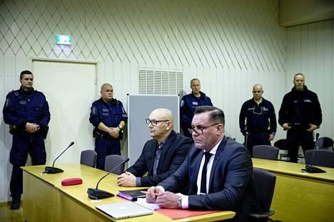 """United Brotherhoodin johtajana pidetty Tero """"Kukkis"""" Holopainen (vasemmalla) on nimetty Poliisihallituksen kanteessa vastaajaksi rikollisjengin lakkauttamisasiassa. Holopainen ja hänen avustajansa, asiamies Ilkka Ukkonen olivat paikalla tapauksen valmisteluistunnossa Porvoon käräjäoikeudessa 8. tammikuuta."""