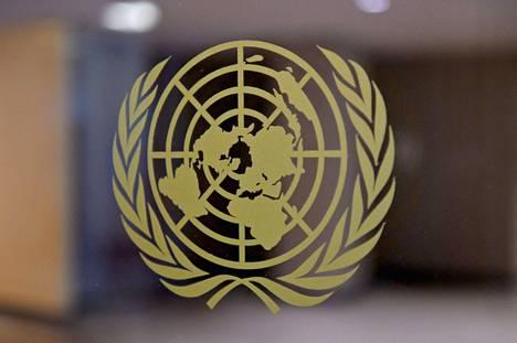Yhdistyneiden kansakuntien päämaja on Manhattanilla New Yorkissa. YK:n logo kuvattuna siellä 20.50.2021.